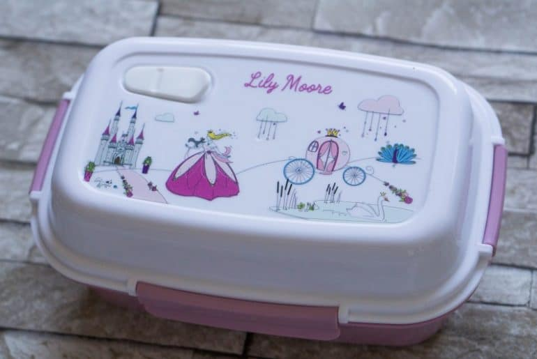 Kids packed lunches are a great opportunity to let your children try new things, but in small quantities. They love being able to pick at little pieces of food, and the petit-fernand lunchboxes allow them to do that. With little sections in the kids lunchbox and a ice pack included.